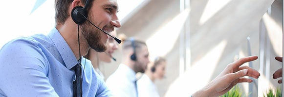 sales rep giving software online demo